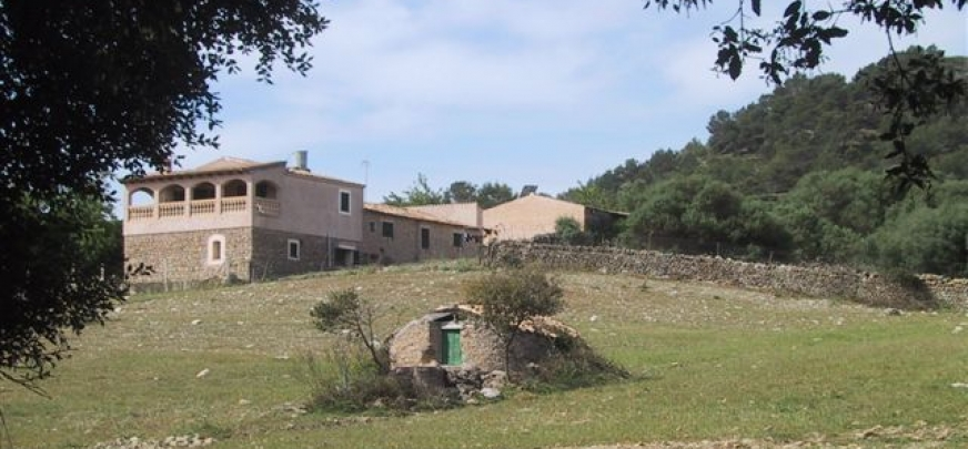 Rustic country estate, in a beautiful location near Arta with fantastic views.