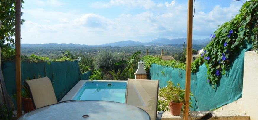 Beautiful townhouse, quiet location of Campanet, offering fantastic views.